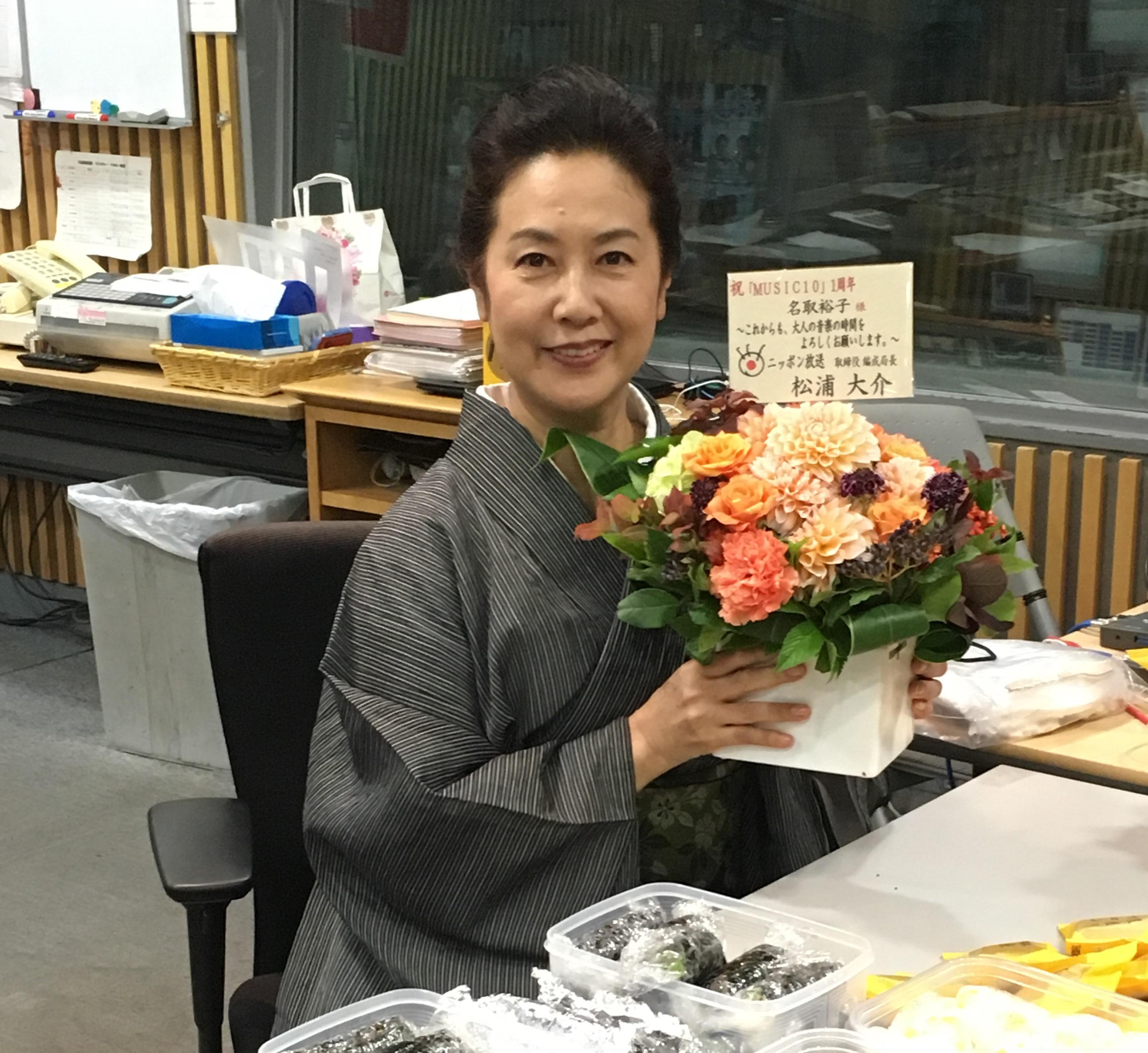 スタジオに届いたお祝いの花を手に持つ名取裕子