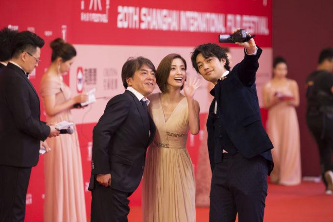 斎藤工が上戸彩とカメラで自撮り!?映画「昼顔」、第20回上海国際映画祭でも大盛況!