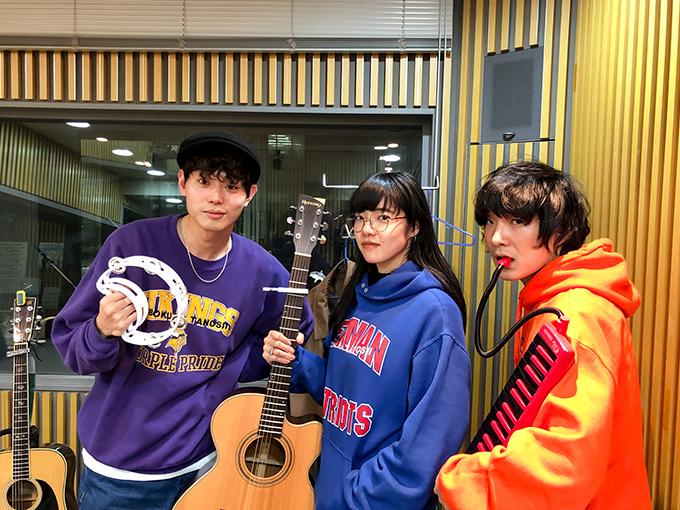石崎は菅田に楽曲『さよならエレジー』を提供しており、菅田は自身のワンマンライブ「SUDA MASAKI LIVE@LIQUIDROOM」で石崎と あいみょんの楽曲をカバー、石崎とあい